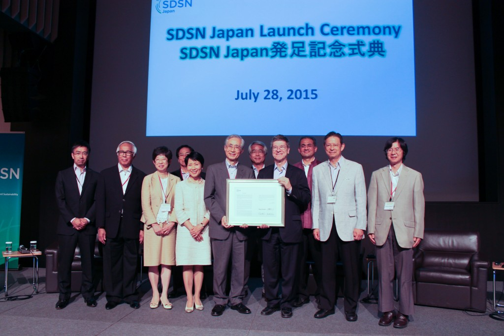 Prof. Jeffery Sachs and council members of SDSN Japan holding Prospectus. 28 July 2015 in Yokohama.  Photo:UNU-IAS
